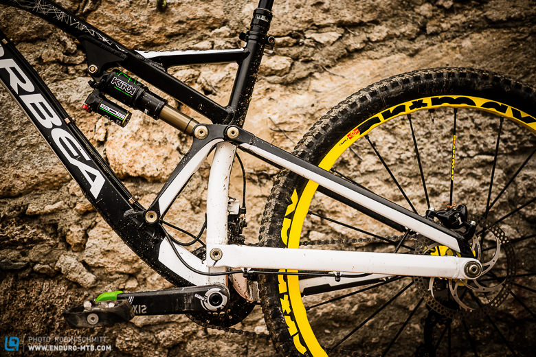 The Split pivot suspension design is super compact allowing short chainstays (420mm) to increase agility and maneuverability especially at low speeds. In addition the low bottom bracket height (345 / 338mm) helps to lower the center of gravity and improve cornering.