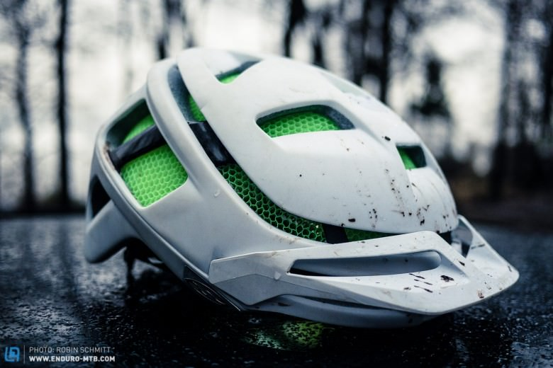 Despite its minimalistic design the Forefront has some very cool features like the integrated camera and light mounting area on the front part of the helmet and ...