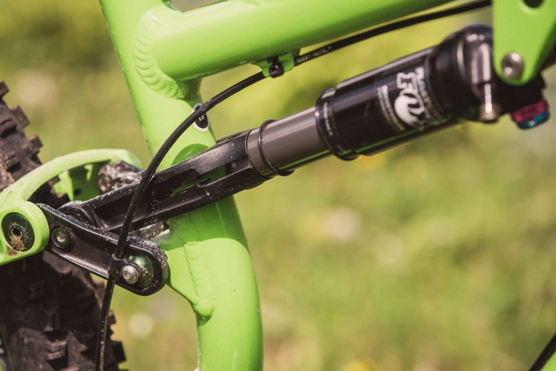 The cable routing for the front derailleur was solved by Salsa elegantly and directly attached to the pivot point of the rear triangle . So it doesn't rub anything and the cable housing can be run completely .