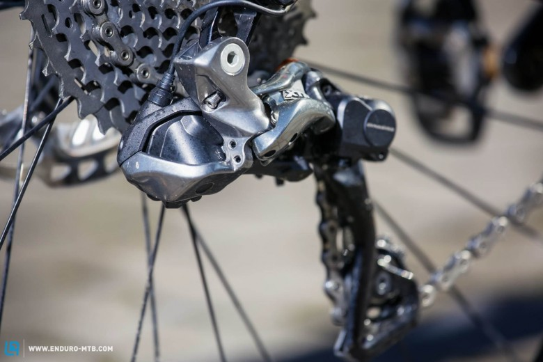 The groupset is lightweight and can even shift the front derailleur automatically!