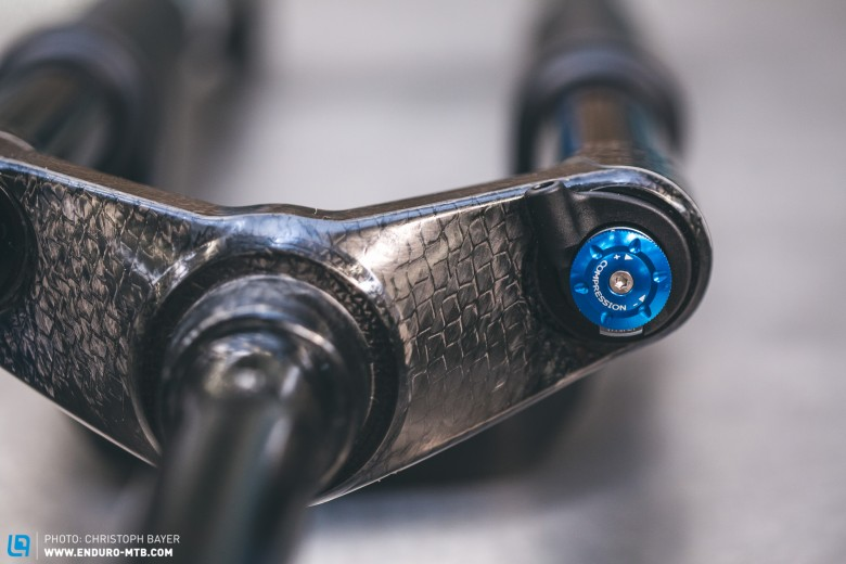 The sealed air shock O.D.L. can be adjusted using the super ergonomic remote lever, the so-called 'Two in One Lever', located on your handlebars. There are three settings to choose from: 'Open', 'Drive' and 'Lock'. Just think Fox or RockShox and you'll get the idea. Using the little blue dial you can fine-tune the open mode to the terrain, and the two other settings are for more specific use like lock-out and climbing.