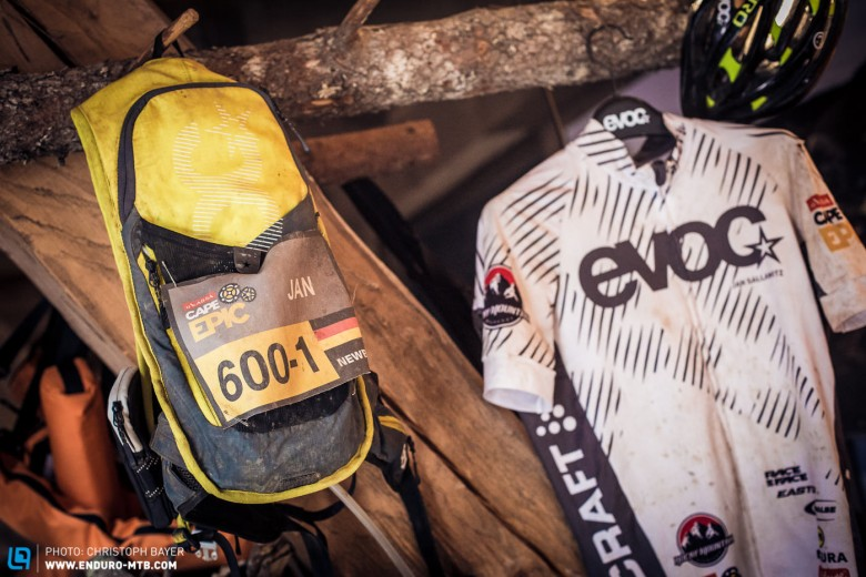 Der neue EVOC CC 3l EVOC's own marketing manager Jan really put the new EVOC CC3L Race backpack through the wringer at this year's Cape Epic.