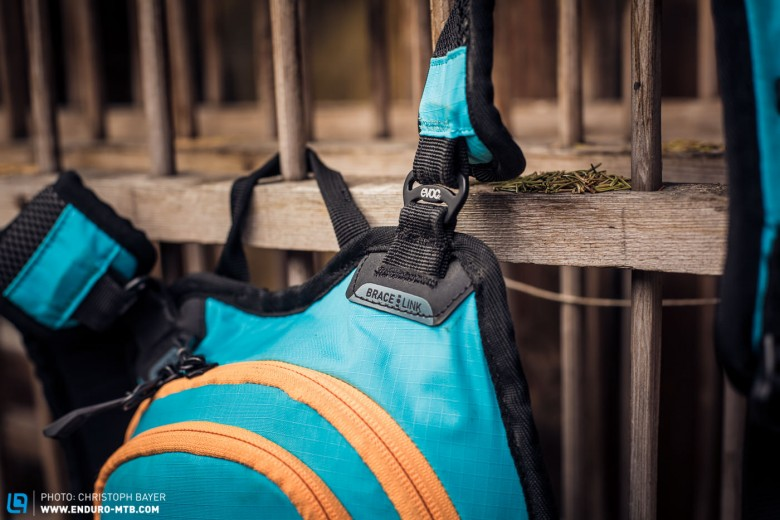 Thanks to the Brace Link System the backpack is easily adjusted to fit your shoulders, whatever their width, and it also allows for use of a neck-brace at the same time.