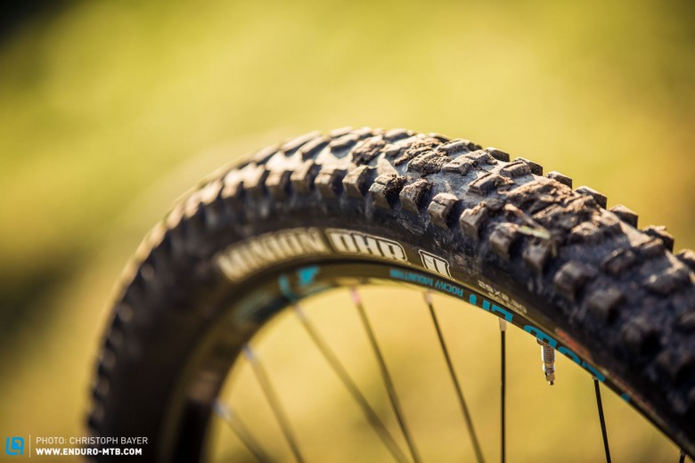 Despite criticizing their climbing prowess, the Maxxis Minion DHR II tyres definitely have their strong points. You'll love the traction and grip when you're descending.
