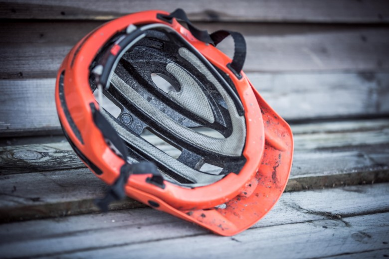 With a deep, secure fit, much like a full-face helmet, it inspires confidences to shred those lines harder than before