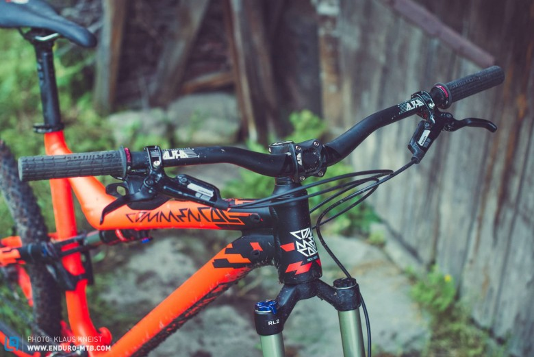 The minimal cockpit and internally-routed cables add to the clean image of the COMMENCAL.
