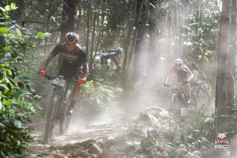 Dust or fog on this mid-morning start? The men's solo leaders keeping their high beams on.