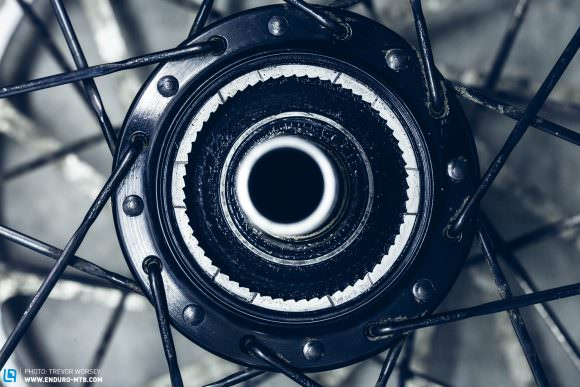 The SRAM DoubleTime freehub body has 4 pawls (left) and the Industry Nine Torch hub (right) has 6 pawls for faster engagement.