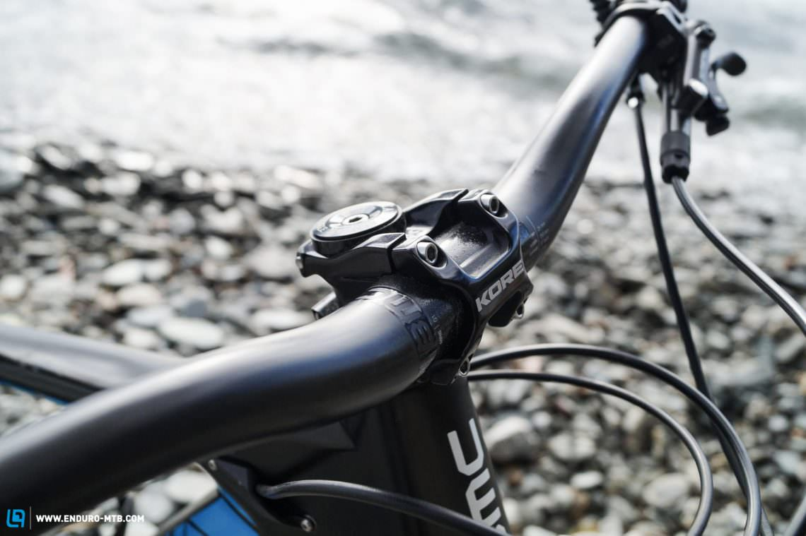 The cockpit had to welcome a short 35 mm KORE Repute stem. The high quality, 750 mm carbon bars are BMC's own design.