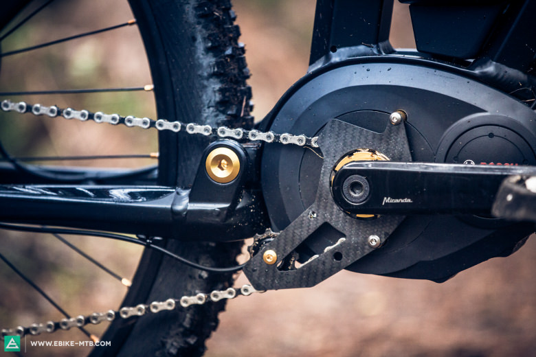 The carbon chain guide isn't just good looking but also holds the chain reliably on the drive cog