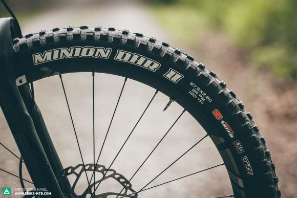 Plus-size tires have often suffered a lack of grip, but the new Maxxis DHR II+ should deliver this in abundance to the eONE-TWENTY whatever the conditions.