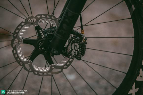 Even the trickiest, steepest sections won't unnerve the Shimano Saint brakes and their huge rotors. There's a great braking performance in every situation.