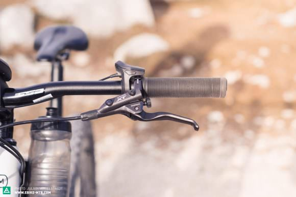 Two fingers at the ready: The Shimano Deore XT Trekking brakes come with two-finger specific levers, which underlines the Delite Mountain's intentions – despite its full suspension and plus-size tires – as a touring bike rather than a serious E-MTB.