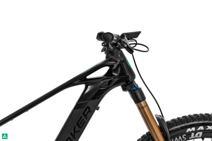 The Mondraker Crafty Carbon comes fitted with an Acros Internal Cable Routing headset