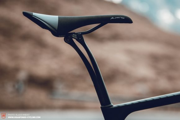 Simple & effective: The Canyon S15 VCLS 2.0 seatpost provides plenty of comfort.